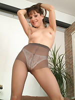 Pantymom Cindy is getting herself wet and wild - Milf Nylon